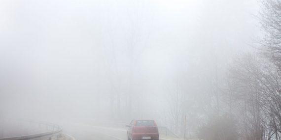 Auto fährt in dichtem Nebel