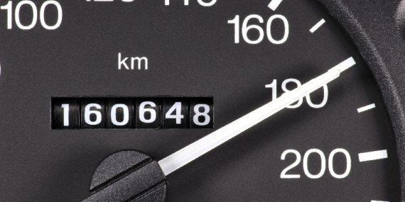 Nahaufnahme einer Geschwindigkeitsanzeige in einem Auto mit Kilometeranzeige und Tachonadel auf 180 km/h