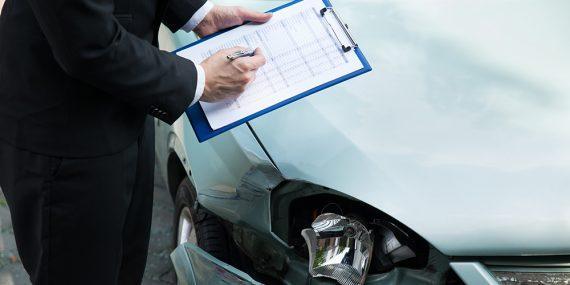 Autoschaden wird geprüft